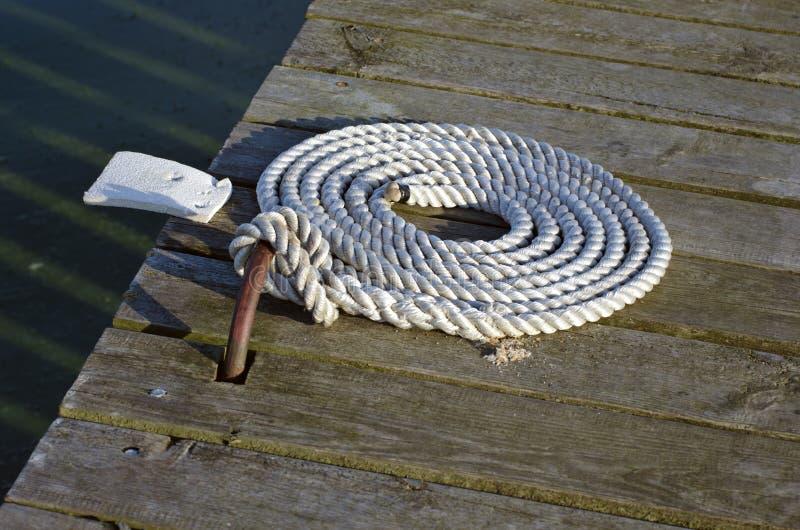 在木码头的船舶停泊绳索 免版税图库摄影