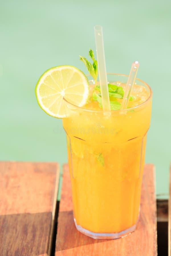在木码头的芒果mojito 豪华热带vaca的概念 免版税库存图片