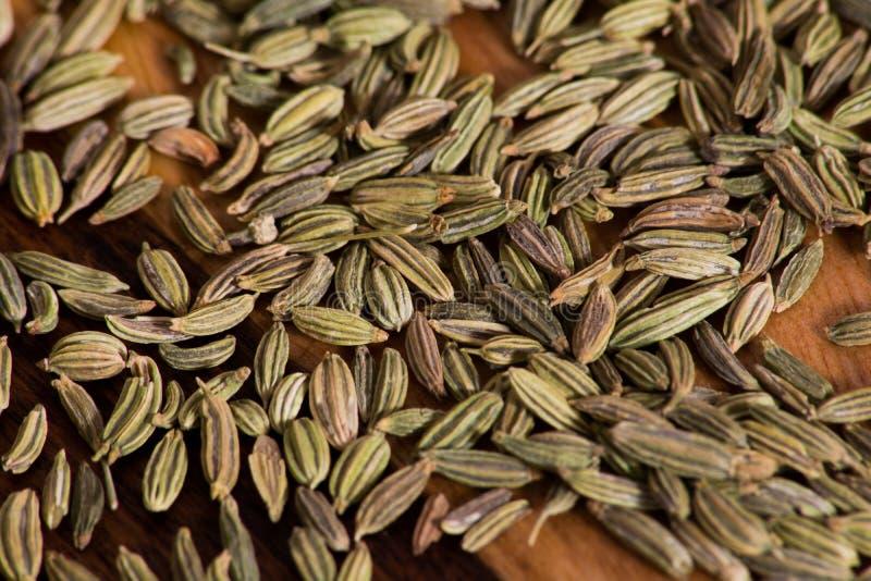 在木砧板的干茴香籽 免版税图库摄影