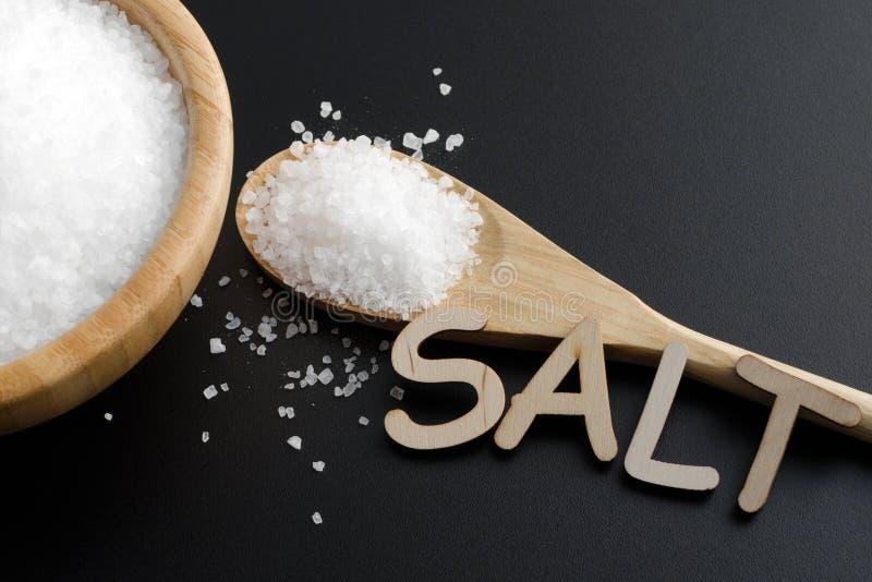 在木碗和匙子的海盐 库存图片