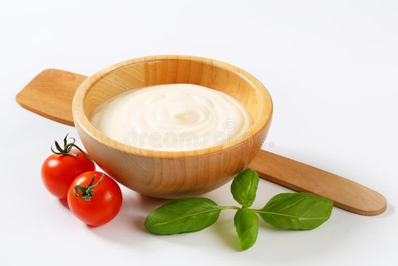 在木碗的乳脂状的调味汁 免版税图库摄影
