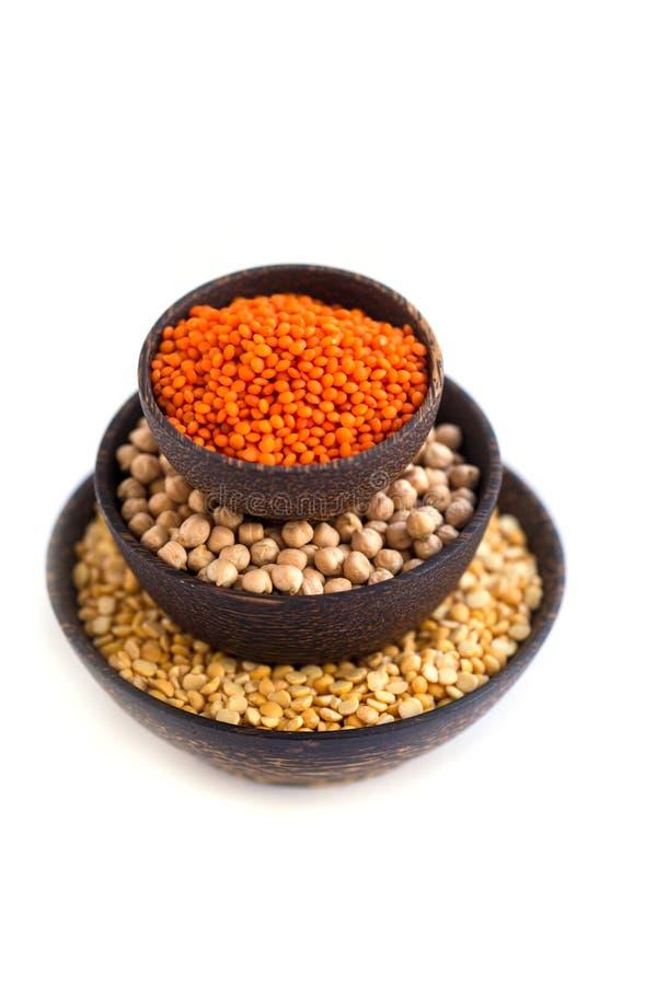 在木碗的各种各样的豆类 免版税库存照片