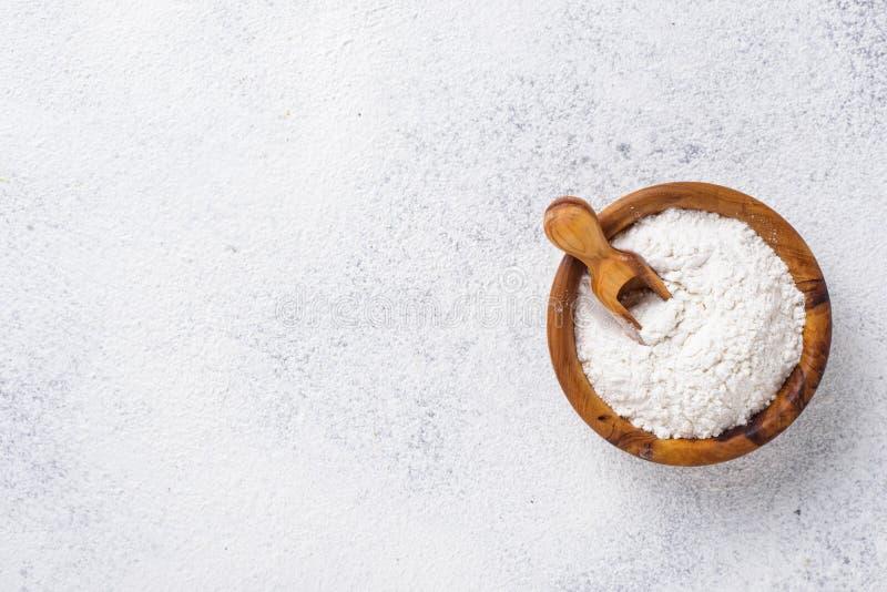 在木碗的小麦面粉 库存图片