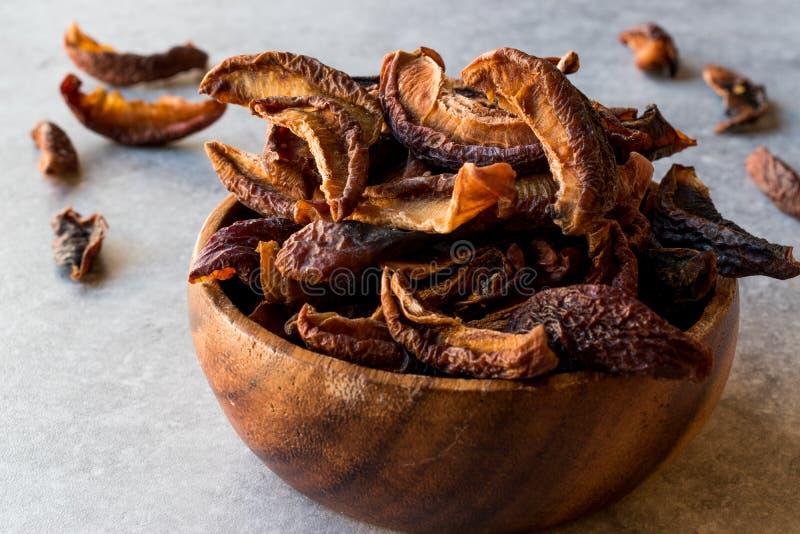 在木碗的干李子果子 免版税库存图片
