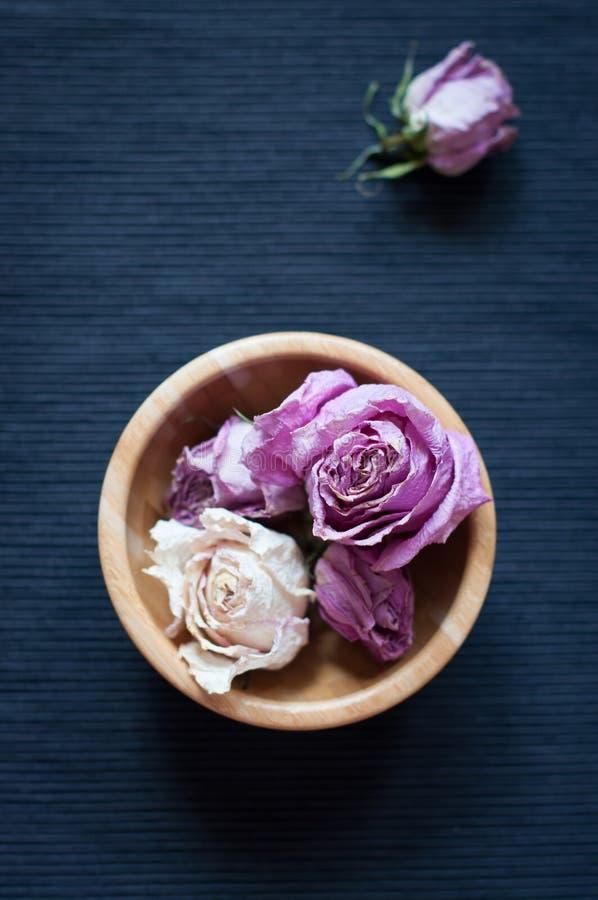 Download 在木碗的干玫瑰 选择聚焦 库存照片. 图片 包括有 花束, 亚诺河, 黑暗, 温泉, 停止, 烘干, 顶层 - 72359238