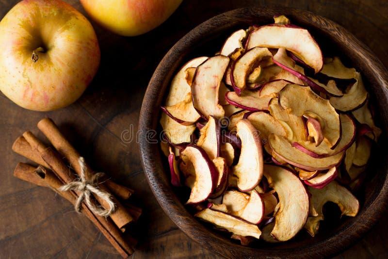 在木碗的干苹果 免版税库存图片