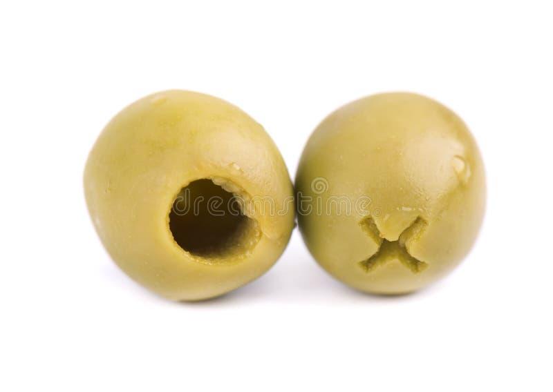 在木碗的挖坑的和用卤汁泡的绿橄榄,隔绝在白色背景 免版税库存照片