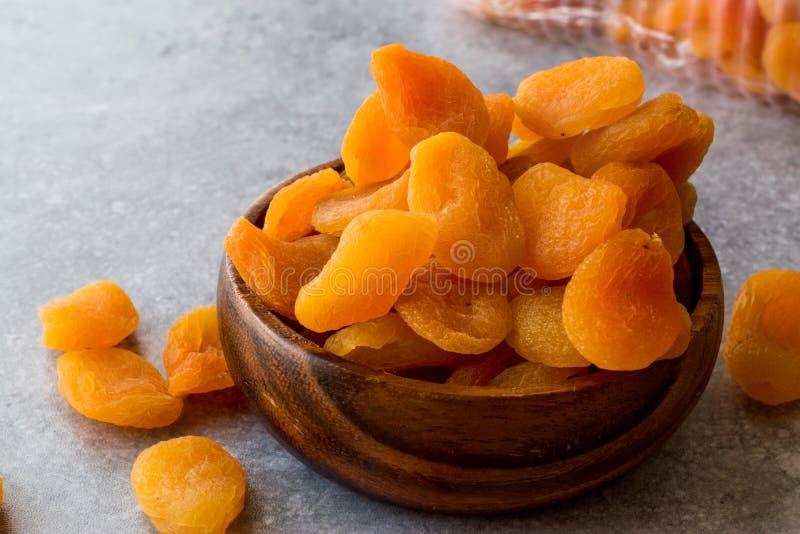 在木碗的杏干 图库摄影