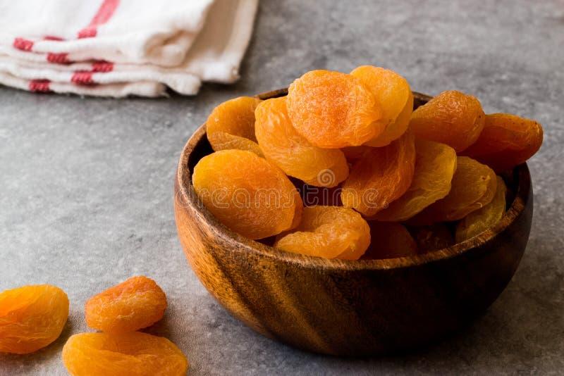 在木碗的杏干 免版税库存图片