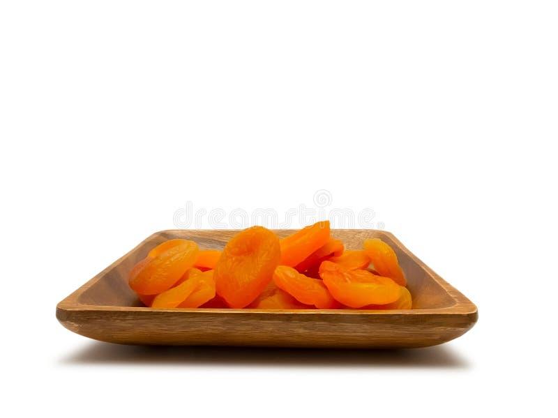 在木碗的杏干 免版税图库摄影