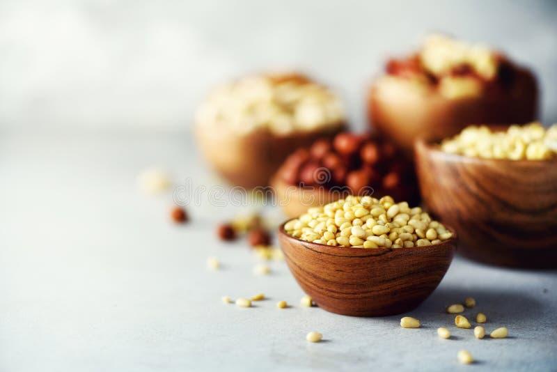 在木碗的松果 食物混合背景,顶视图,拷贝空间,横幅 坚果的分类-腰果,榛子 免版税图库摄影