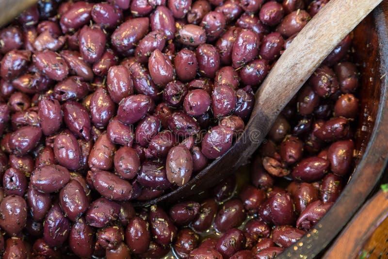 在木碗的橄榄有服务匙子的 库存照片