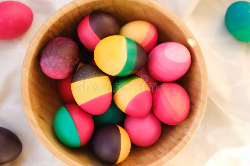 在木碗的装饰五颜六色的复活节彩蛋 库存图片