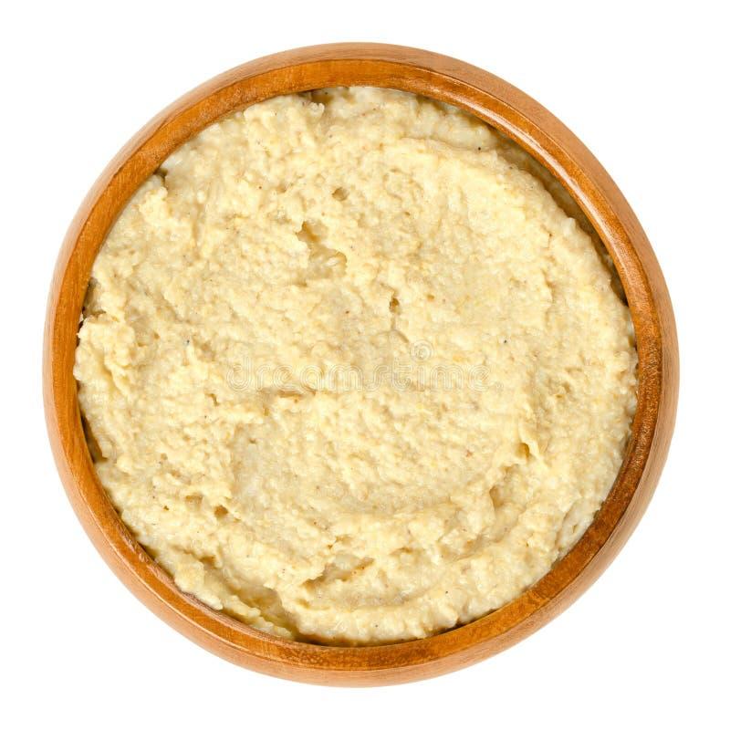在木碗的Hummus在白色 免版税库存照片