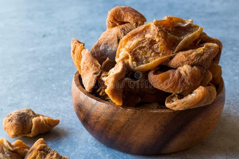 在木碗/Yaprak Kayisi的干叶子杏子 免版税库存照片