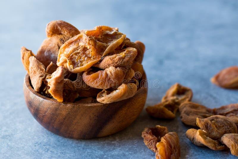 在木碗/Yaprak Kayisi的干叶子杏子 库存照片