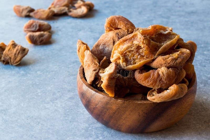 在木碗/Yaprak Kayisi的干叶子杏子 库存图片