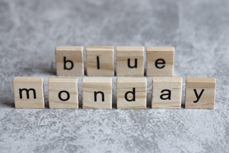 在木立方体写的星期一蓝色词 库存照片