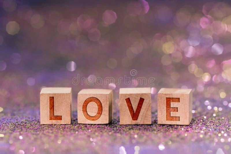 在木立方体的爱词 免版税库存照片