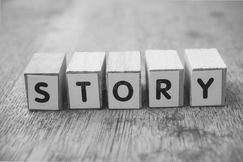 在木立方体的词在木书桌背景概念-故事 库存图片