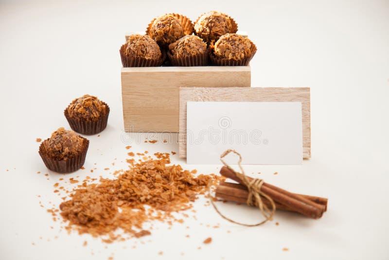 在木箱、名片和桂香的鲜美甜点 免版税库存照片