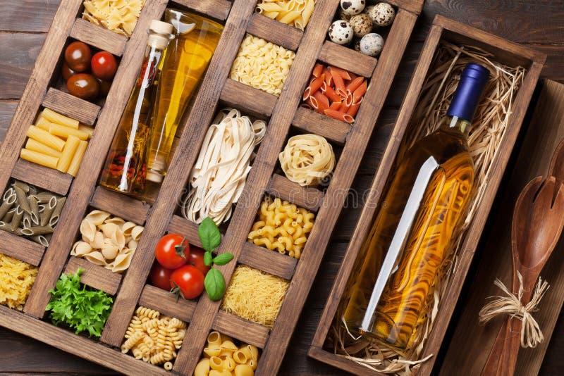 在木箱和酒的各种各样的面团 库存照片