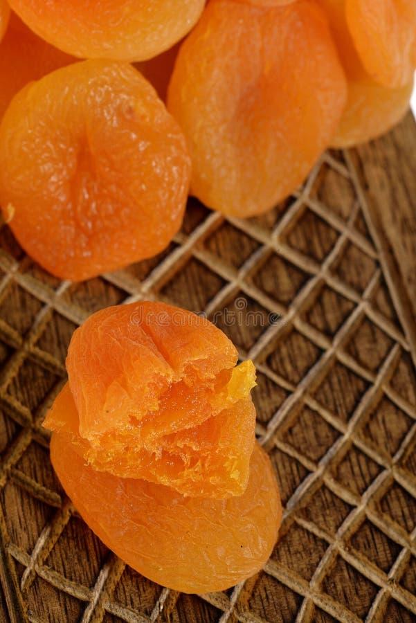 在木箱子的杏干 免版税图库摄影
