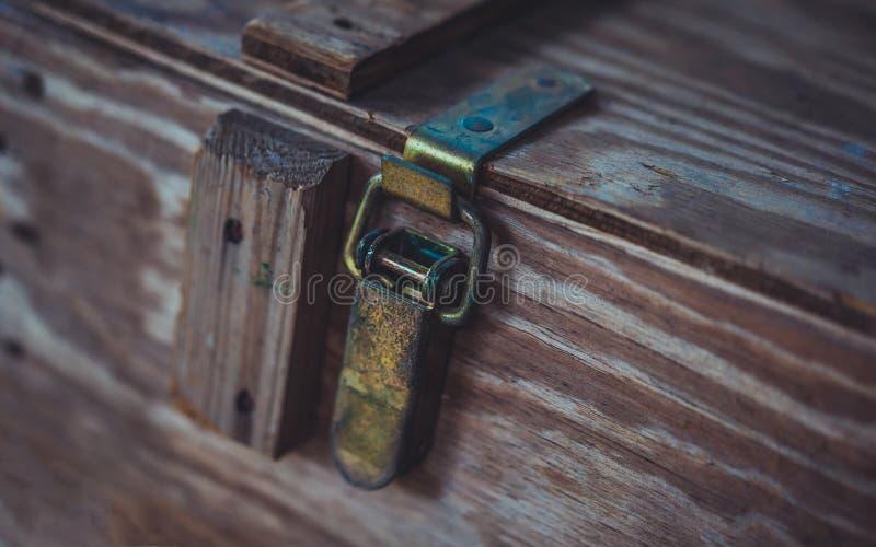 在木箱的金属门闩 库存照片