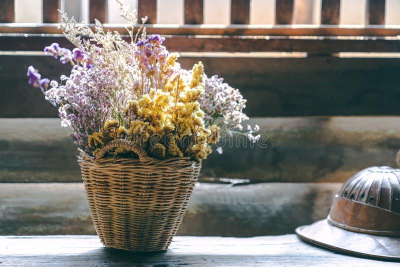 在木篮子的古色古香的干花花束与温暖的轻的拷贝空间,记忆概念 库存照片