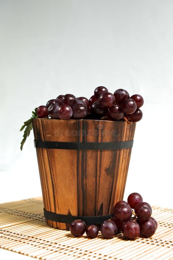 在木篮子的葡萄 免版税图库摄影