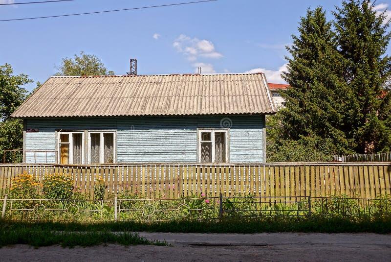 有日志窗口的农村房子在篱芭后的在草.