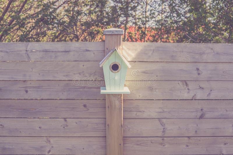 在木篱芭的逗人喜爱的鸟舍 库存图片