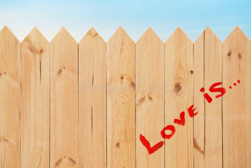 在木纹理的爱标志 免版税库存图片