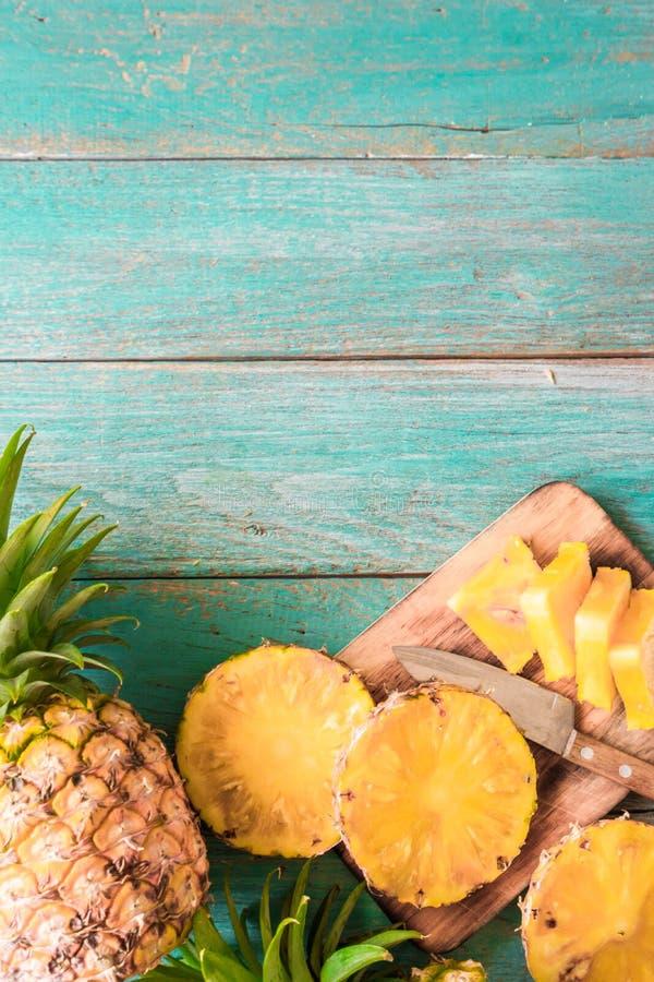 在木纹理背景的菠萝 免版税库存照片