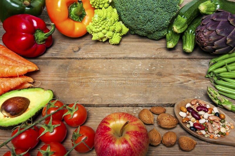 在木背景和菜-食物的素食主义者词 图库摄影