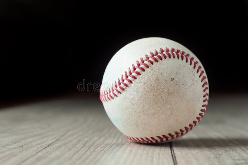 在木背景和高度特写镜头的老棒球 图库摄影