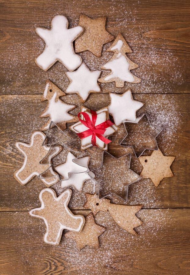 在木背景圣诞节背景圣诞节甜食垂直平的位置的圣诞节自创姜饼曲奇饼 库存图片