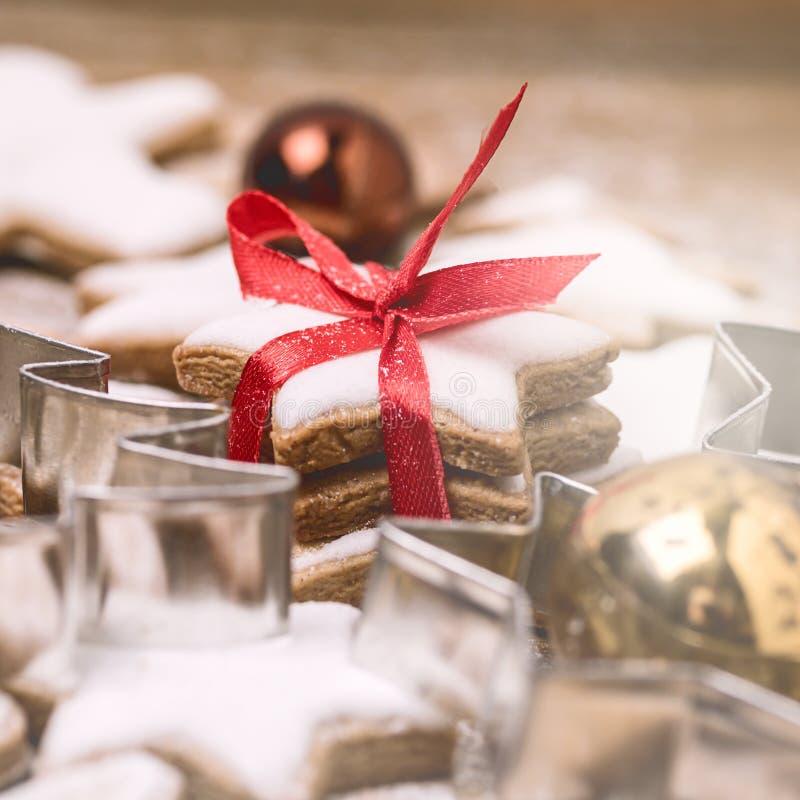 在木背景圣诞节背景圣诞节甜食正方形的圣诞节自创姜饼曲奇饼 免版税库存照片
