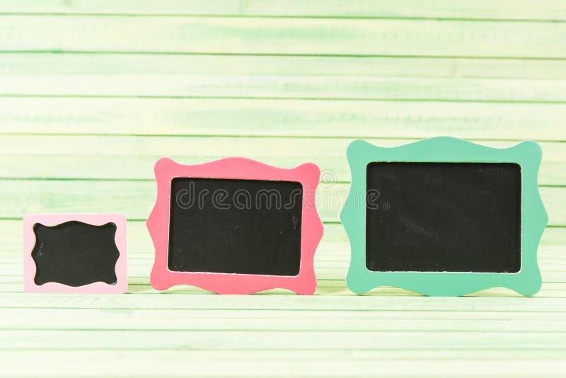 在木背景的三个小空的黑板 免版税库存照片