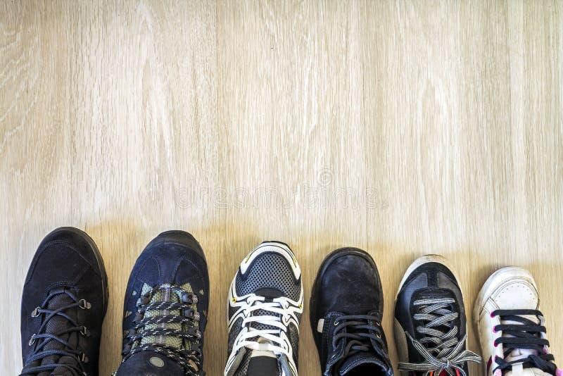 在木背景的不同的现代时兴的鞋子与co 库存照片