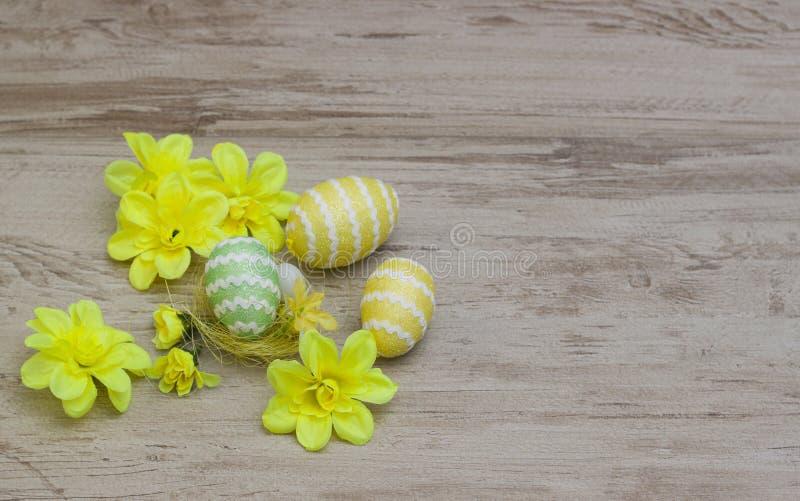 在木背景的五颜六色的复活节彩蛋 免版税库存照片
