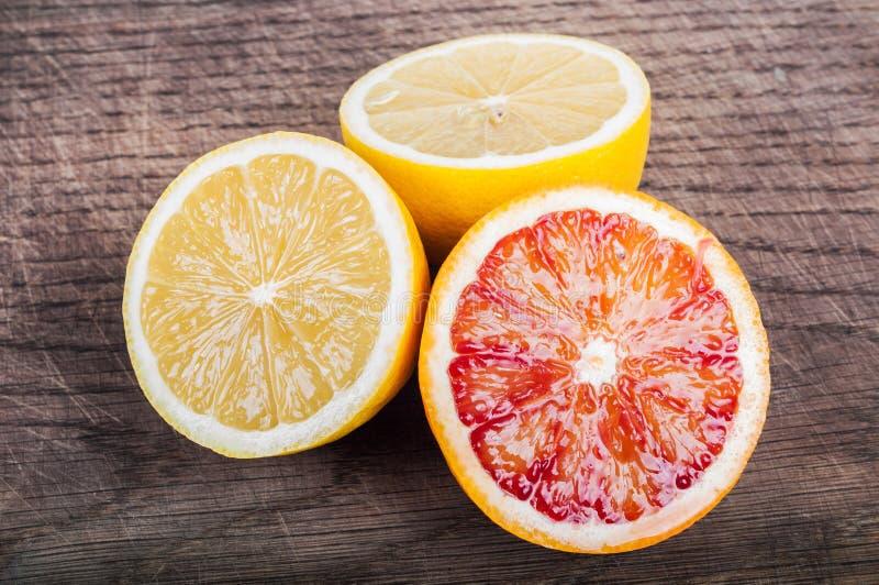在木背景的五颜六色的新鲜的柑桔 桔子, tanger 图库摄影
