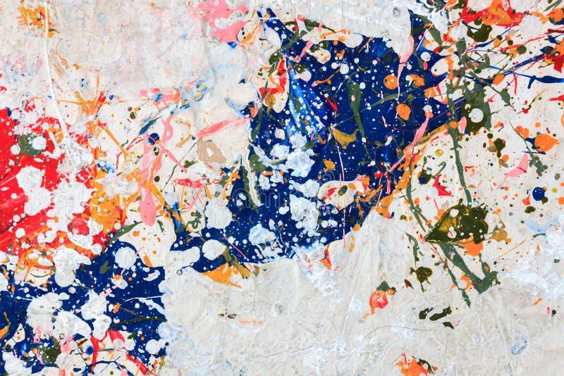 在木背景的五颜六色的油漆 免版税库存照片
