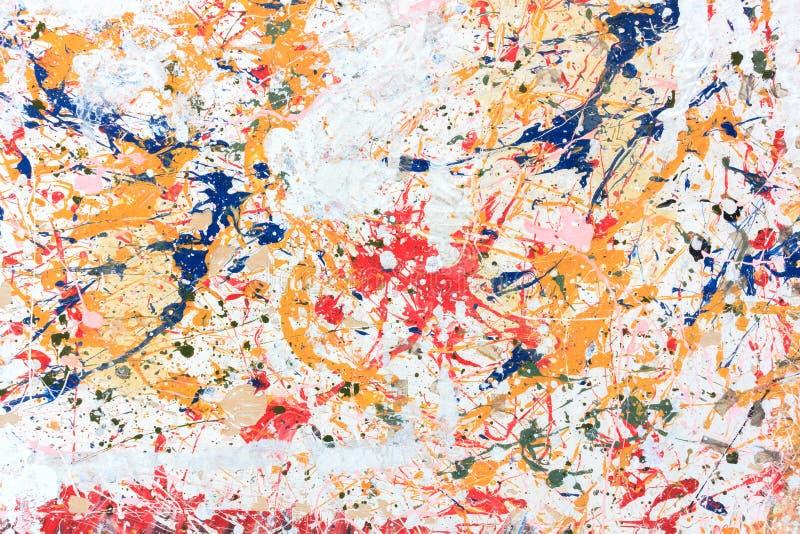 在木背景的五颜六色的油漆 免版税库存图片