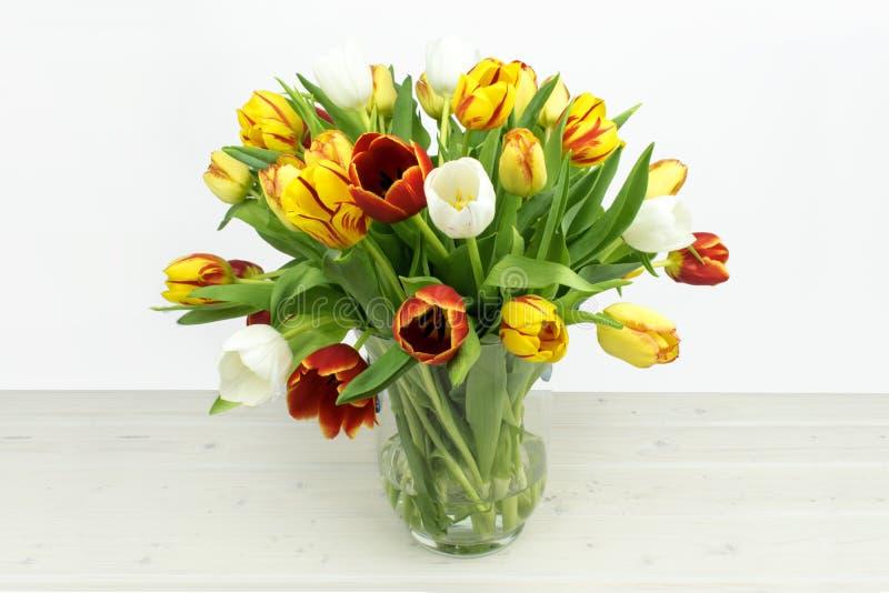 在木背景的五颜六色的Tulpia混合 免版税库存照片
