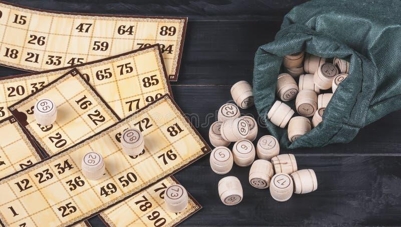 在木背景的俄国乐透纸牌 乐透纸牌比赛 r 免版税库存图片