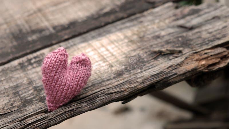 在木背景的偏僻的心脏 库存图片
