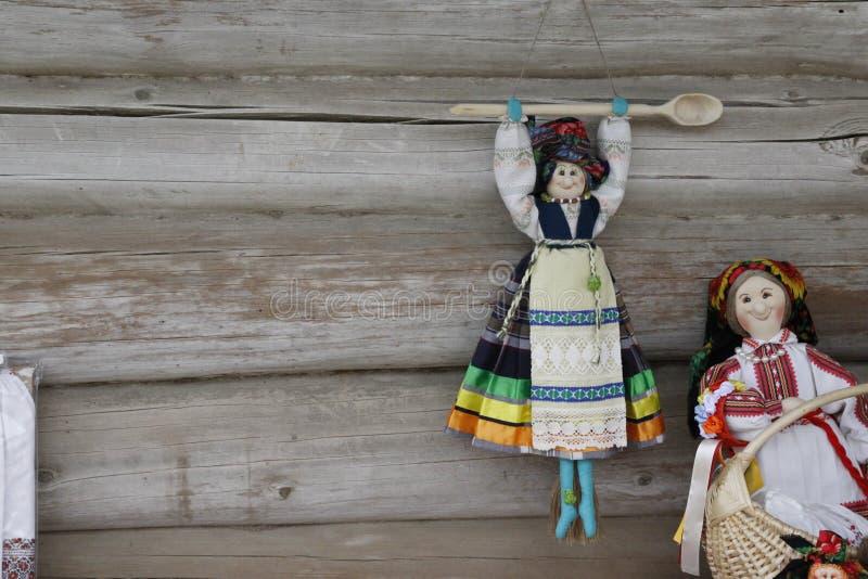 在木背景的全国木偶 免版税库存照片