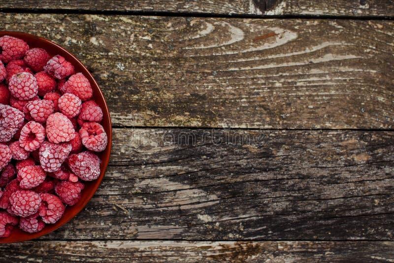 在木背景的冷冻莓 顶视图 文本的空间 免版税图库摄影