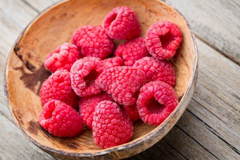 在木背景的冷冻莓 免版税库存图片